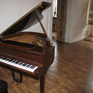 Коричневый полированный рояль цвет махагони отличное состояние