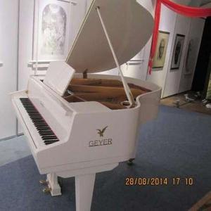 Великолепный белый кабинетный рояль GEYER.