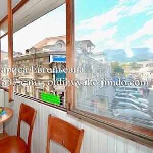 Сдам 2к. квартиру на набережной Ялты,  с видовым балконом,  недорого