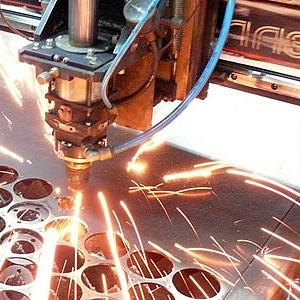 Лазерная резка листового металла.