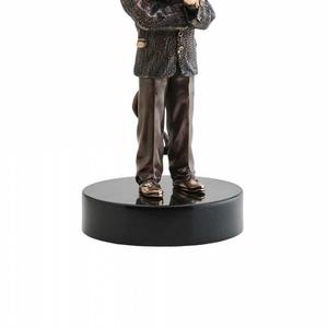 Бронзовая статуэтка для шефа
