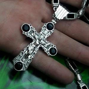 Серебряная цепочка с крестом и камнями оникс